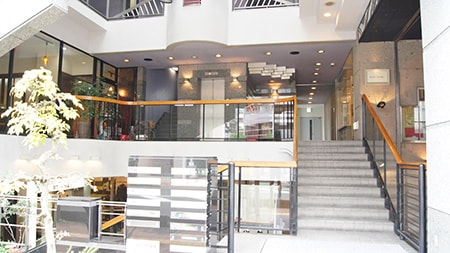 Akros Web & Business Design Academy 長野校 建物入口 吹き抜けエントランス